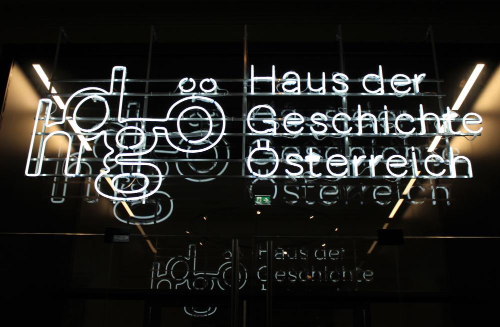 Leuchtschriftzug: 'Haus der Geschichte Österreich', Wien, 2018, Klaus Pichler, hdgö