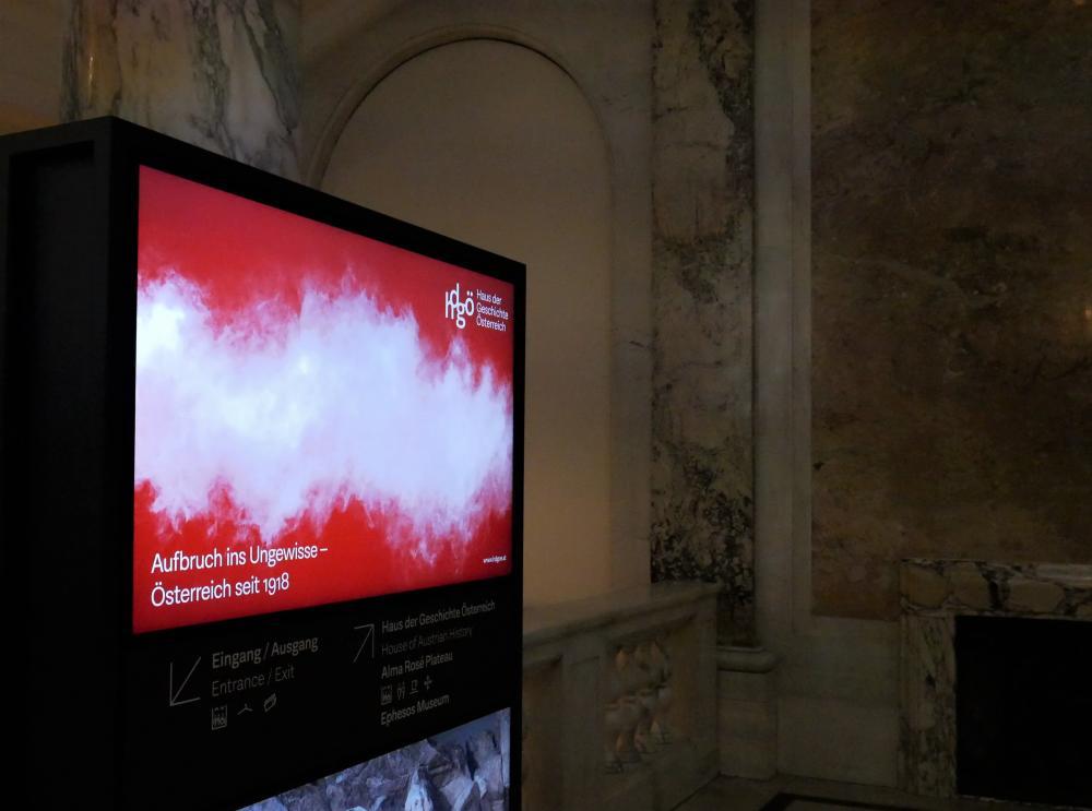 Wegweiser mit dem Sujet der Eröffnungsausstellung des hdgö, Wien, 2018, Klaus Pichler, hdgö