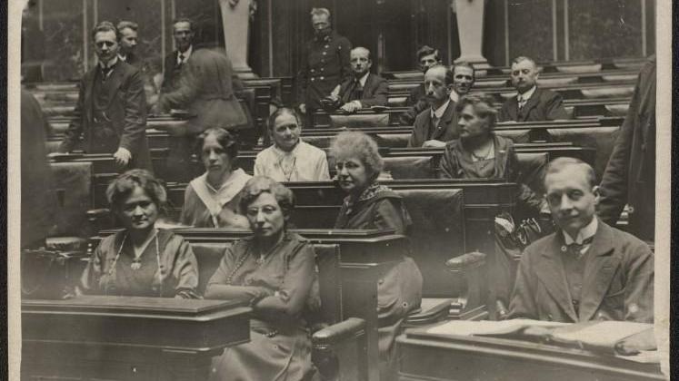 Sozialdemokratische Abgeordnete bei der ersten Sitzung der konstituierenden Nationalratsversammlung, 4.3.1919, ÖNB, Bildarchiv und Grafiksammlung