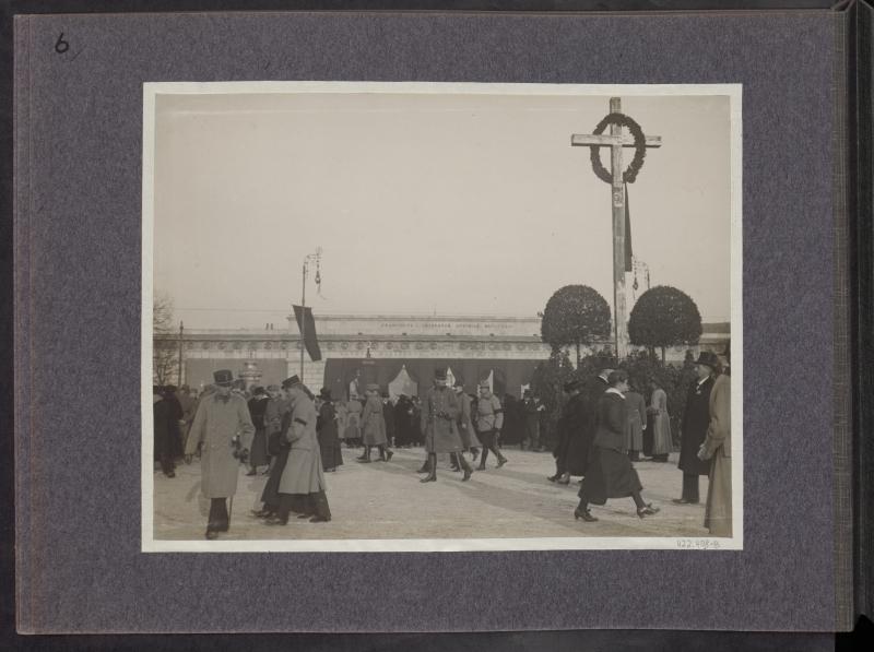 Trauerflor am äußeren Burgtor nachdem Begräbniszug von Kaiser Franz Joseph I., Wien, Ringstraße, 1916, Foto: R. Lechner/Wilhelm Müller, ÖNB, Bildarchiv und Grafiksammlung