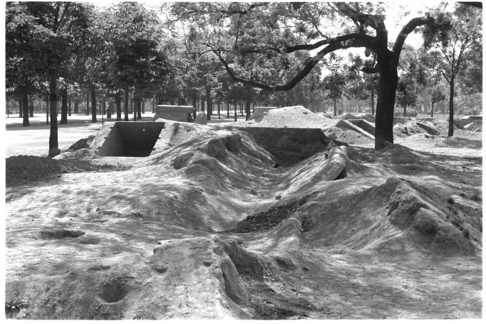 """Der Physiker und Fotojournalist Otto Croy zeigt hier, mit welcher Wucht der Krieg die Landschaft verändert hat – auch bis lange nach seinem Ende. Die """"Splitterschutzgräben"""" waren nur notdürftige Unterstände gewesen, die der Fotograf wie große Narben in den Mittelpunkt stellt."""