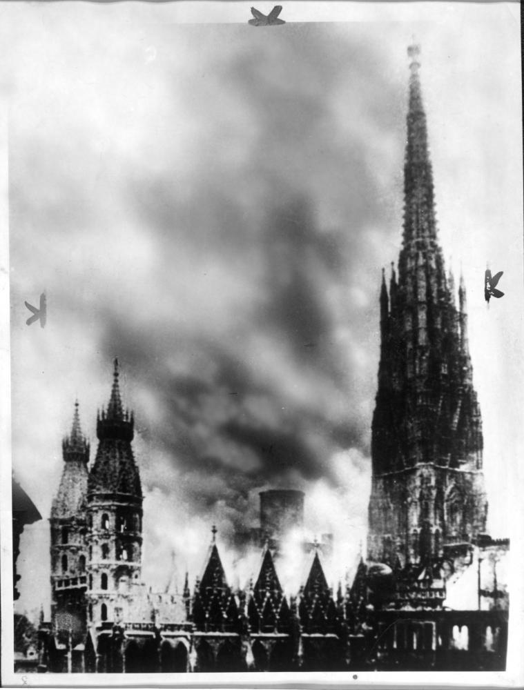 Der Brand des Stephansdoms wurde zum Symbol für die Schlacht um Wien, obwohl er vermutlich durch Funkenflug von brennenden Häusern in der Umgebung ausgelöst wurde. Für den Zeitungsdruck wurden die Rauchwolken nachbearbeitet, gut erkennbar am oberen Bildrand.