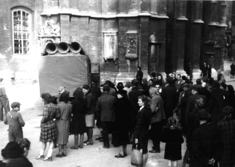 Die sowjetische Militärverwaltung brachte sofort nach dem Ende der Kämpfe um Wien Nachrichten über Radio oder wie hier über eigens aufgestellte Lautsprecher.