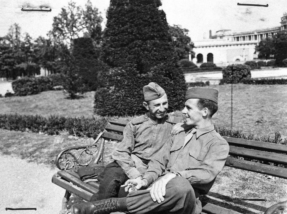 """Mit Kriegsende begann der """"Kalte Krieg"""" zwischen Westalliierten und der Sowjetunion in den Vordergrund zu treten. Ein solches Bild der Freundschaft zwischen US- und Sowjet-Soldaten betonen das gegenseitige Einvernehmen anstatt der Entfremdung."""