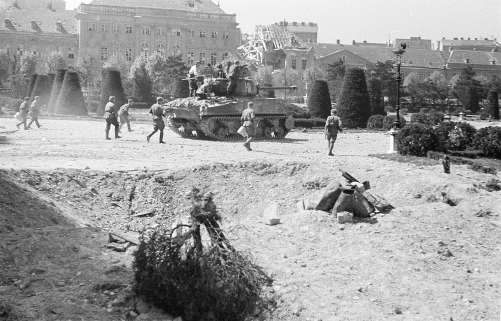 Nachgestellte Gefechtsszene sowjetischer Truppen mit einem von den USA gelieferten Panzer. Die Kulisse von historistischen Bauten weist für das Zielpublikum in der UdSSR auf den Schauplatz Wien bzw. Österreich hin.