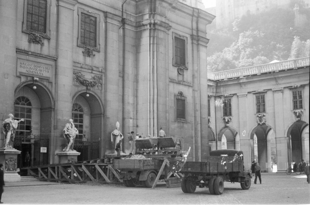 """Noch fünf Tage vor der Eröffnung der Salzburger Festspiele wurde Schutt aus dem Dom über eine Laderampe auf Lastwägen verladen. Im Jahr darauf wurde an dieser Stelle der """"Jedermann"""" wieder aufgeführt."""
