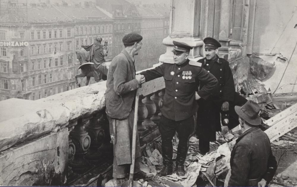 Dieses Pressebild zeigt den ersten sowjetischen Stadtkommandanten von Wien, Generalleutnant Alexej W. Blagodatov, im Gespräch mit einem Arbeiter am Dach der Wiener Staatsoper. Dieses Foto soll deutlich machen, dass unter sowjetischer Verwaltung das Aufräumen beginnt und Ordnung einkehrt.