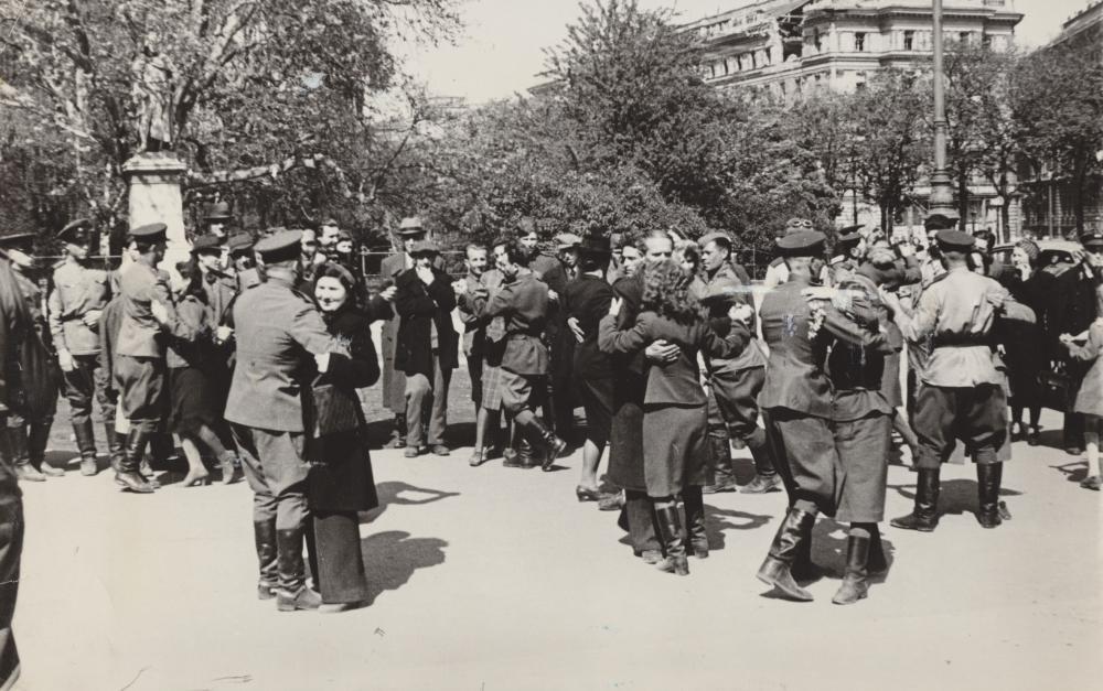 Das ist die Fotografie, mit der die Ausrufung der Zweiten Republik besonders häufig illustriert wurde. Nachdem die provisorische Regierung in das Parlament eingezogen war, tanzten Angehörige der sowjetischen Armee und WienerInnen Walzer.