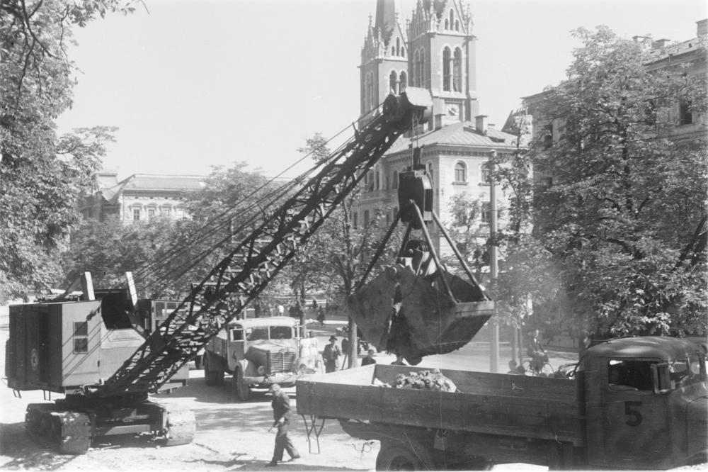 Die US-amerikanische Verwaltung dokumentiert hier ihren Einsatz: Um die Stadt rechtzeitig zur Eröffnung der Salzburger Festspiele aufgeräumt zu präsentieren, wurden auch schwere Baumaschinen organisiert.