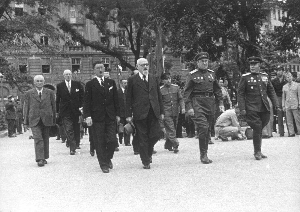Zur Erinnerung an die Befreiung Wiens errichtete die sowjetische Verwaltung sehr schnell nach Kriegsende ein Denkmal am Wiener Schwarzenbergplatz. Karl Renner (SPÖ) und Leopold Figl (ÖVP) würdigten als Vertreter der provisorischen Regierung die Soldaten der Sowjetarmee bei der Einweihung.