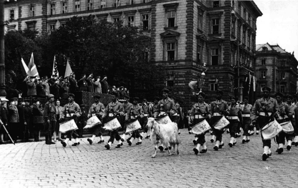 """Für die Befreiung Österreichs hatten nicht nur weiße Soldaten gekämpft. Nach Kriegsende wurden diese Männer als """"exotisch"""" dargestellt, aber auch als """"unzivilisiert"""" gebrandmarkt. Hier zeigt ein österreichischer Fotograf französische Soldaten aus Marokko mit ihrem Regimentsmaskottchen."""