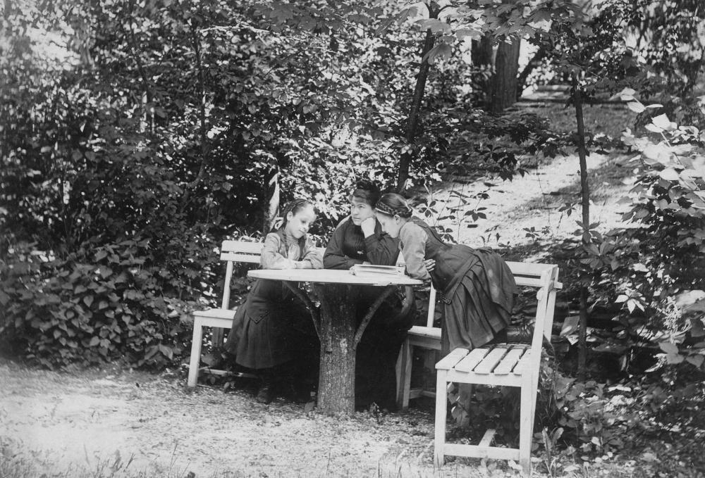 Anna Bergen mit ihren Töchtern Alma (rechts, später Alma Mahler-Werfel) und Grete im Park von Schloss Plankenberg, Niederösterreich.