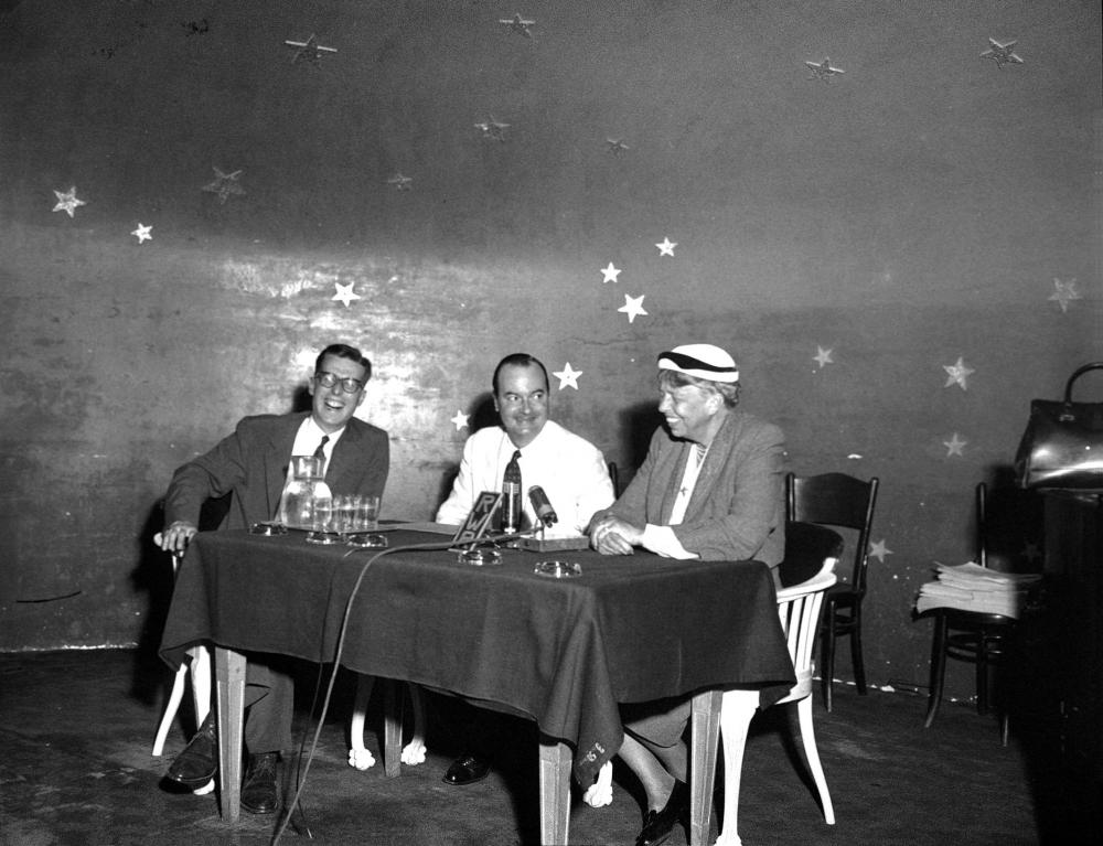 Eleanor Roosevelt gibt nach ihrem Eintreffen zu einem Österreich-Besuch in Wien Journalisten im Rahmen einer Pressekonferenz ein Interview, 21.7.1953